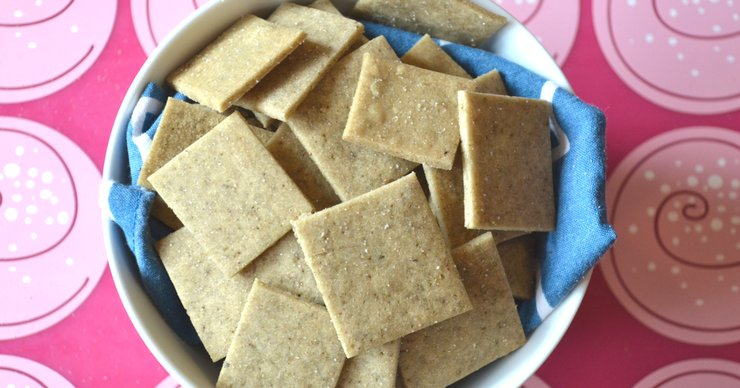 Looking for a crunchy snack that isn't loaded with junk? These gluten free crackers with liver are made with healthy fat and lots of vitamins and minerals! Snack away.